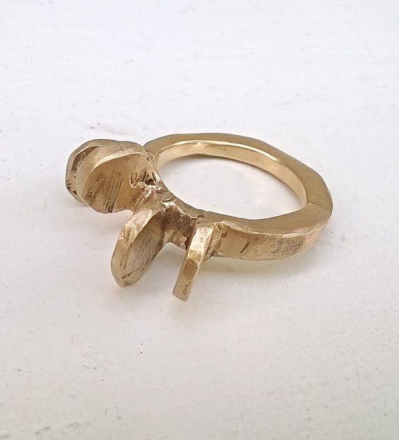 Anello di gioielleria contemporanea realizzato interamente a mano in bronzo con la tecnica della fusione a cera persa e con finitura satinata.