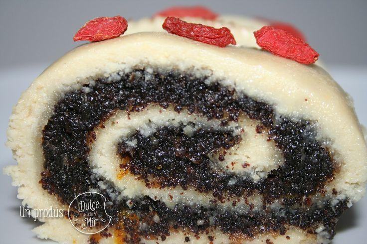 Ruladă raw vegan cu umplutură de mac (100g)  Ingrediente: făină de caju, miere, unt de cocos, pudră de vanilie.  Umplutură: mac, pastă de curmale, coajă de portocale. Preț: 18,00 lei