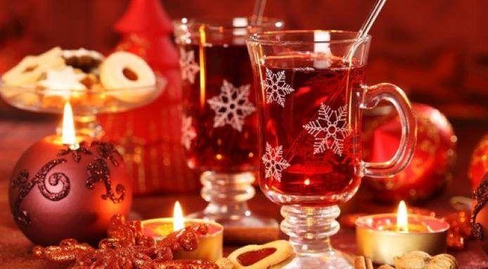 Så kom julen, da er det ingenting bedre enn en krydret, og et varmt glass av verdens beste julegløgg. Gløgg kan du ganske enkelt lage selv og tilsette din personlige smak.     Ordet gløgg stammer fra