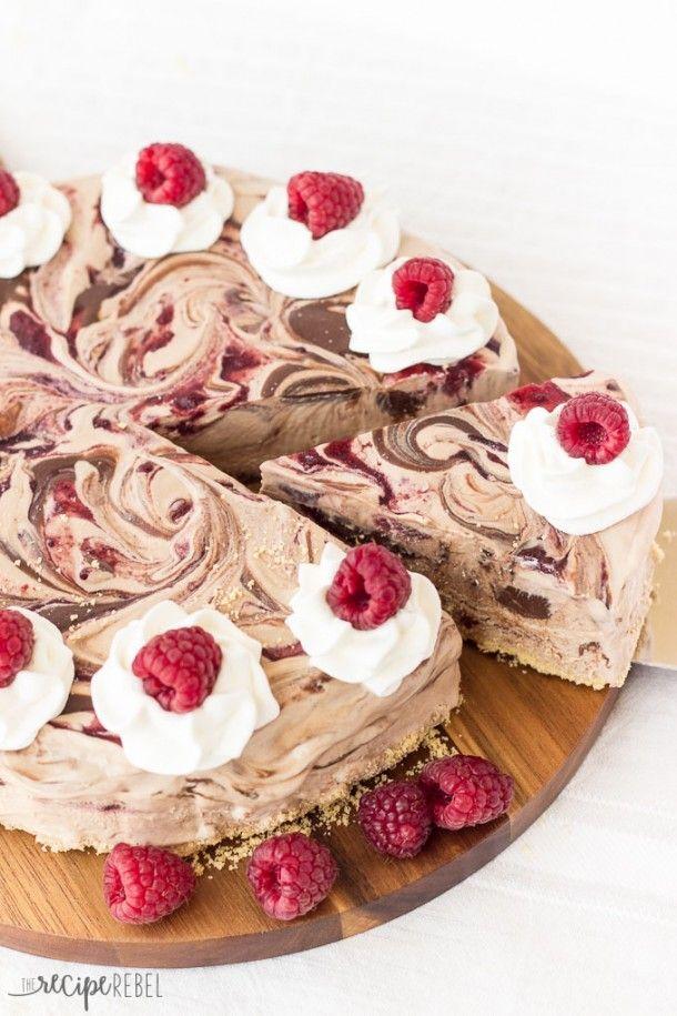 Un fácil pastel de helado hizo 3-ingrediente no-rotación de helado de chocolate con Nutella y se arremolinó cotos de frambuesa.  Todo sobre una masa hecha con conos de helado aplastados!  El simple perfecta, sin hornear postre verano!