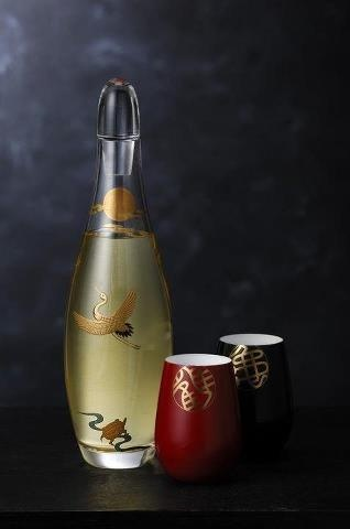 鶴と亀があしらわれた酒器 sake set decorated with crane and turtle