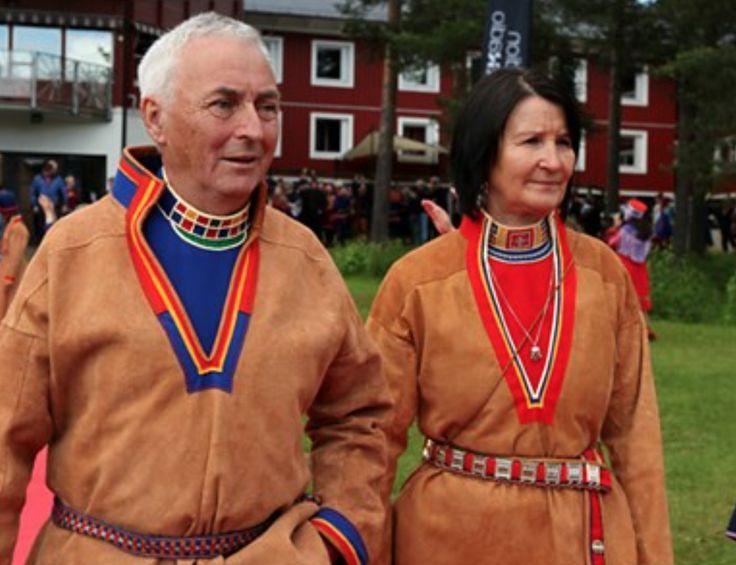 Lennart och Margareta Åstot i lulesamisk sválltjá, skinnkolt. Foto: Marie-Louise Niia/ SVT Sápmi