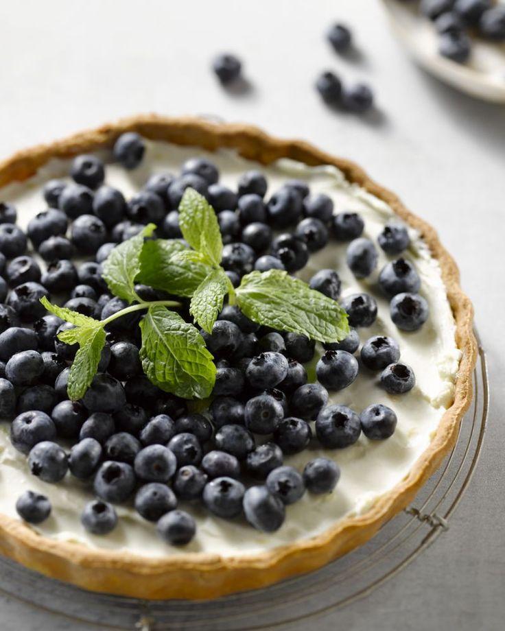 Een frisse mascarponetaart afgewerkt met blauwe besjes is perfect voor de zomer. Verras je gasten of haal je bakkunsten gewoon eens boven voor de kinderen!
