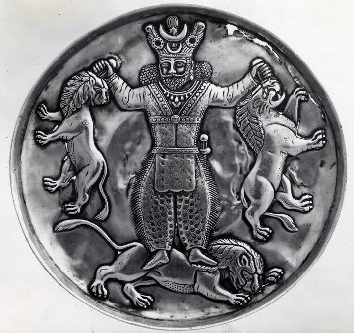 بشقاب عهد ساسانیان  Silver dish shows Sassanid king fighting with lions. Iran. British Museum.