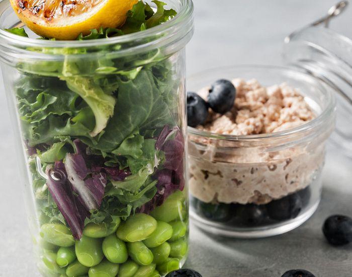 Salat med tuncreme, edamame, blåbær og grillet citron - Måltid