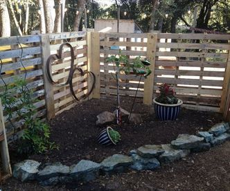beautiful diy garden fence made using old pallets via httpdiypalletscom