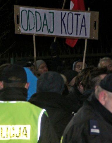 Kilkuset demonstrantów przed domem prezesa PiS. http://kontakt24.tvn24.pl/najnowsze/kilkuset-demonstrantow-przed-domem-prezesa-pis,188394.html