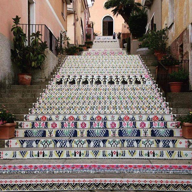 Le scalinate della chiesa di Santa Lucia oggi ad #Arzachena Seguici su @lauralaccabadora #sardegna #sardinia