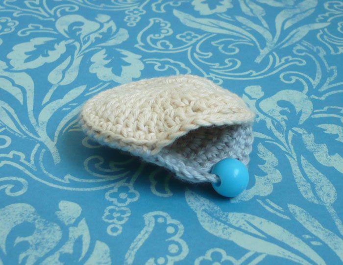 DIY Un mini porte monnaie crochet et son tuto. (http://avecdeuxz.com/mini-porte-monnaie-au-crochet/)