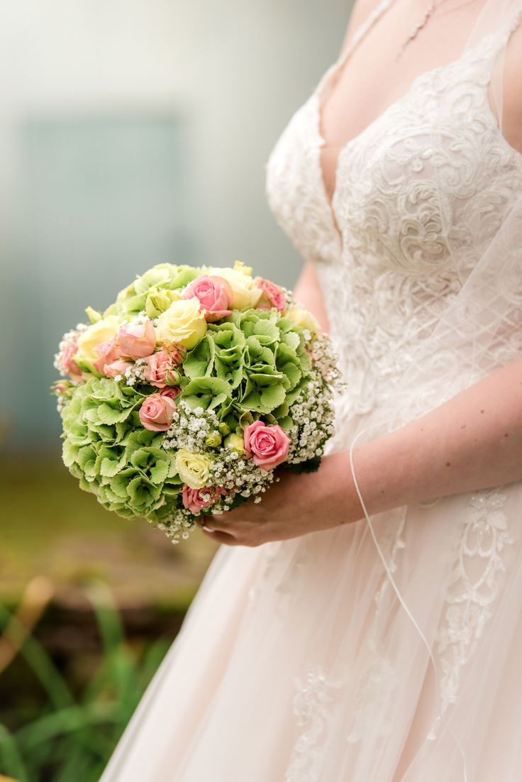 Brautstrauß mit gelben und rosa Rosen. Grüne Hortensien und Gypsophila.   – Brautstrauß