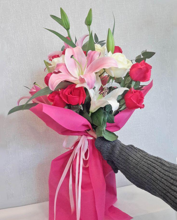 Μπουκέτο με σταργκέιζερ, λευκά και φούξια τριαντάφυλλα