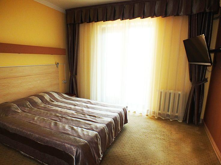 Описание номера стандарт - класса: •- спальня с двумя раздвижными мягкими кроватями; •- гарнитурная мебель; •- душевая кабинка с массажным душем; •- фен; •- балкон/терраса; •- ТВ 42дюйма- спутниковое вещание; •-телефон; •- холодильник; •- шампунь, мыло (пополняется 1 раз при заезде) * набор полотенец (пополняется 1 раз при заезде);