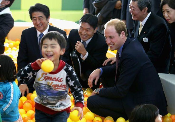 Príncipe William se veste de samurai e brinca com crianças no Japão