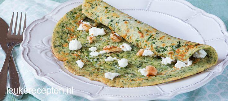 Hartige groene pannenkoeken met spinazie en geitenkaas, een handige manier om extra groente binnen te krijgen.