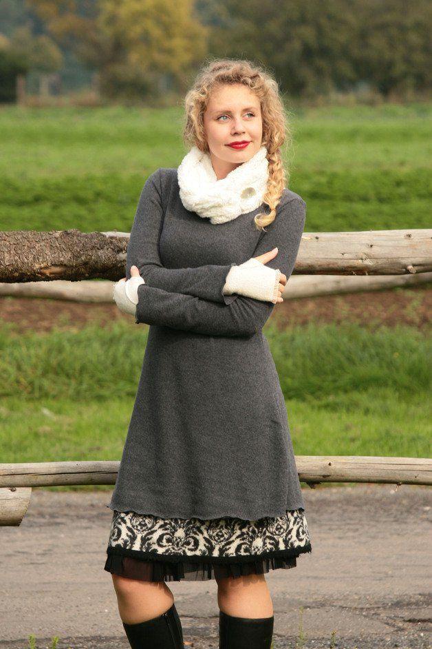 Ein Winterkleid, das pure Lebensfreude ausstrahlt. Farbenfroh, weich und superbequem.  Besonderheiten: - figurnah in A-Form geschnitten, nicht eng am Bauch - Rundhalsausschnitt - unglaublich...