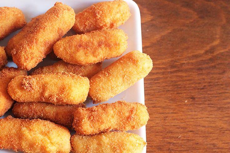 Le crocchette di patate al forno sono un antipasto gustoso e davvero sfizioso, una versione light delle classiche crocchette di patate che piacerà a grandi e piccini. La cottura al forno garantirà comunque un risultato croccante.