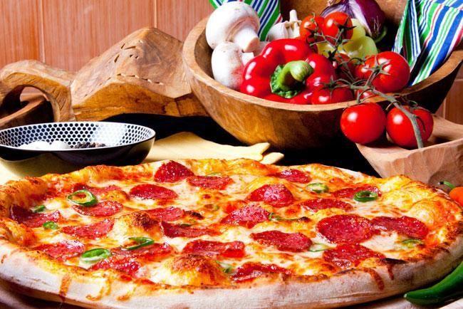 Piccoli consigli per scegliere una pizza buona e con un basso contenuto calorico, facendo attenzione agli ingredienti e alla preparazione della pizza
