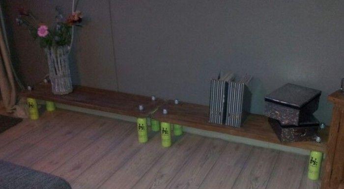 Lage plank langs de muur. 2 planken, 8 gaten, 8 flessen wijn en ja hoor het staat. Geinspireerd door een dienblaadje dat ik op deze site voorbij zag komen