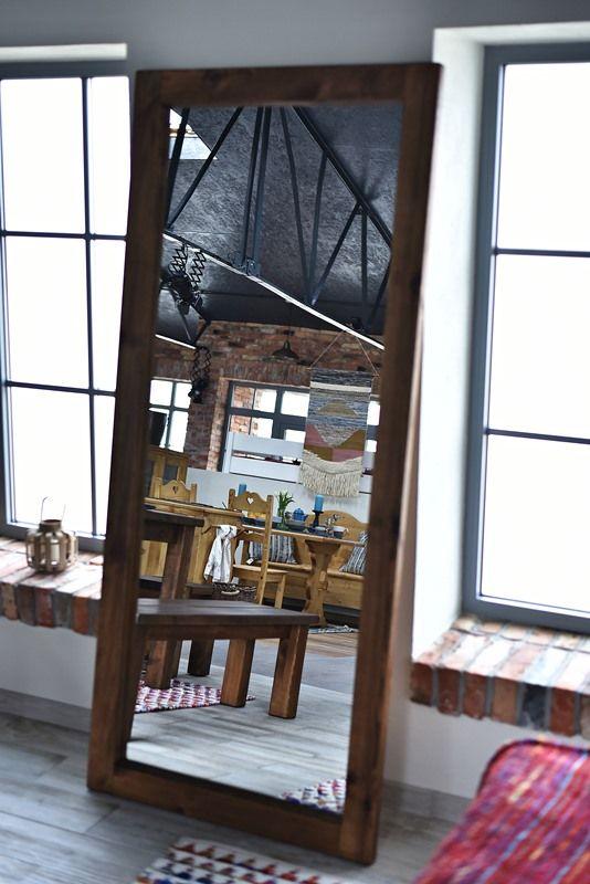 lustro w drewnianej ramie w stylu rustykalnym