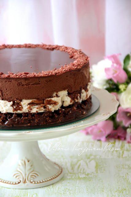 Этот торт мы ели на Песах хрустящий корж из мацы покрытый карамелью, лесные орехи в сочетании с ганашем из шоколада, меренговый корж с лесными орехами и шоколадный мусс залитый шоколадной глазурью. Очень,очень вкусный торт и не сложный в приготовление по рецепту Рут Оливер с моими изменениями На…