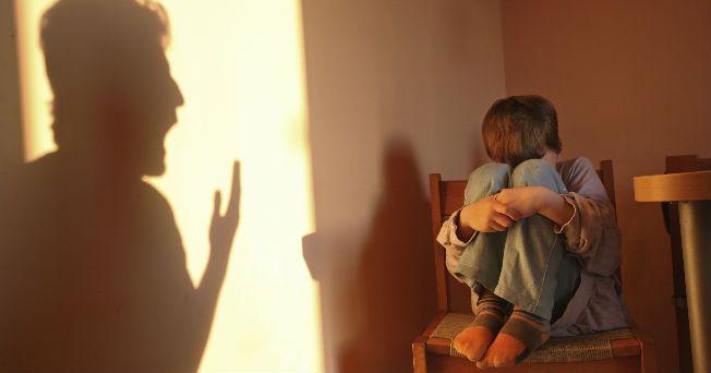 Cuando un niño con dislexia accede a la educación primaria, encuentran que su ritmo de aprendizaje no se asemeja al de sus compañeros y es incapaz de integrar la información escrita de la misma forma que los otros, lo que hace que sea valorado negativamente, en detrimento de su dificultad, por adultos e iguales. Es aquí donde empiezan a manifestar los primeros signos de malestar emocional, el cual muchas veces no es detectado en su justa medida por el entorno y desencadena, paralelamente a…