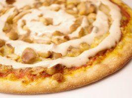 Recept på kebabsås. Enkelt och gott. Kebabsås passar till det mesta, gott till det grillade köttet, pommes frites, potatismos och vad är en pizza utan kebabsås? här hittar ni lite olika recept på denna smaskiga sås som man kan göra i olika färger och smaker, de flesta såser innehåller matyoghurt, gräddfil eller majonnäs som grund och sedan fyller man på med de härliga kryddorna.