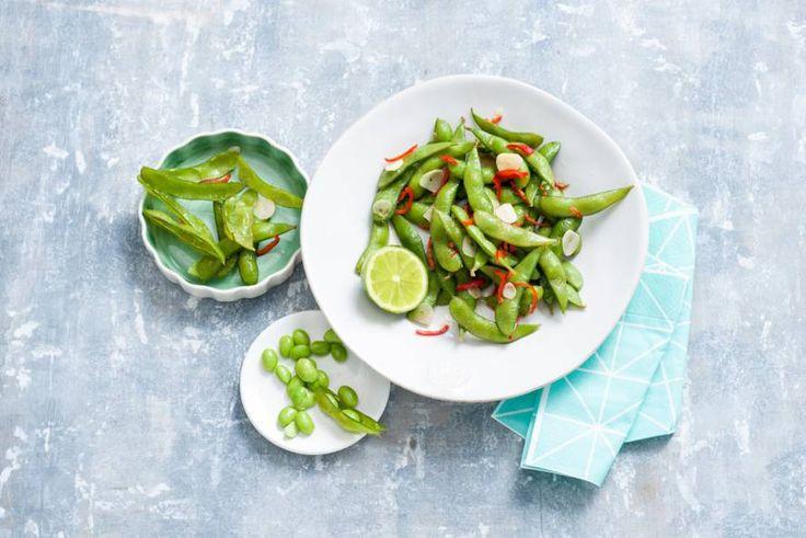 Pittige Aziatische sojaboontjes om zelf aan tafel te doppen - Recept - Edamame met knoflook en rode peper - Allerhande