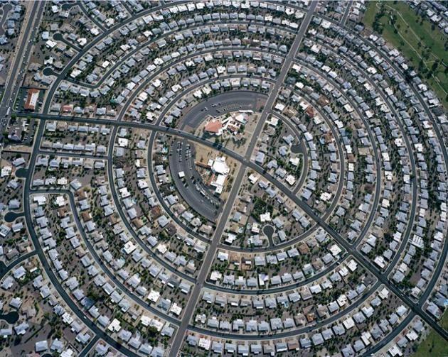 Cherchant à illustrer l'étalement urbain, Christoph Gielen nous propose des photographies aériennes de grande qualité. Tantôt circulaires, d...