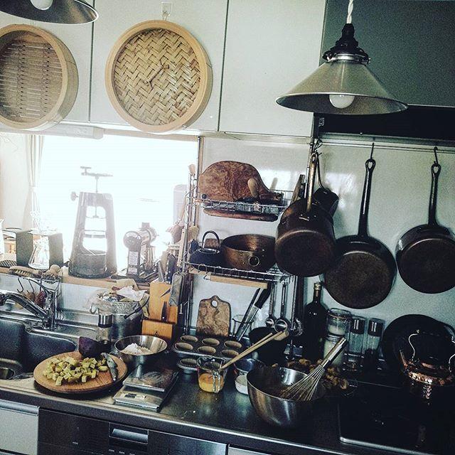製菓中  このタイプの台所は、お菓子とおかず作りを同時進行する時なんかにワークトップに余裕がなくて、フルオープンの広い作業台が欲しいなと思うことがある。  クラシックな形だけどキッチン本体がL字で壁付け、作業台がアイランドな台所が個人的に理想。まあ理想はあくまで理想であって、一時期はリフォームしたいなとか本気で考えていたけど、リフォーム中台所を使えないこととか、考えただけで色々面倒すぎて、今はこの台所を使い倒してどう暮らすかを大事にしたいと思う。  Yummery - best recipes. Follow Us! #kitchentools #kitchen