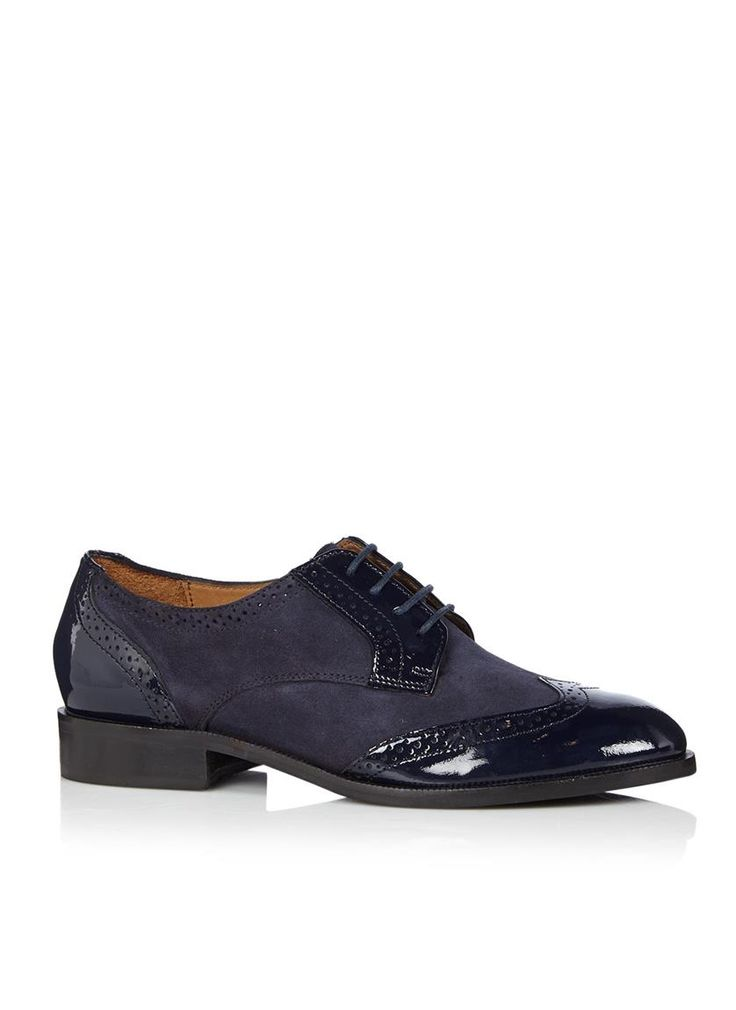 Veterschoen Leslee D van Dune. Dit model is uitgevoerd in blauw suède met lakleren accenten. Typische Brogue-details geven deze schoen een klassieke uitstraling.