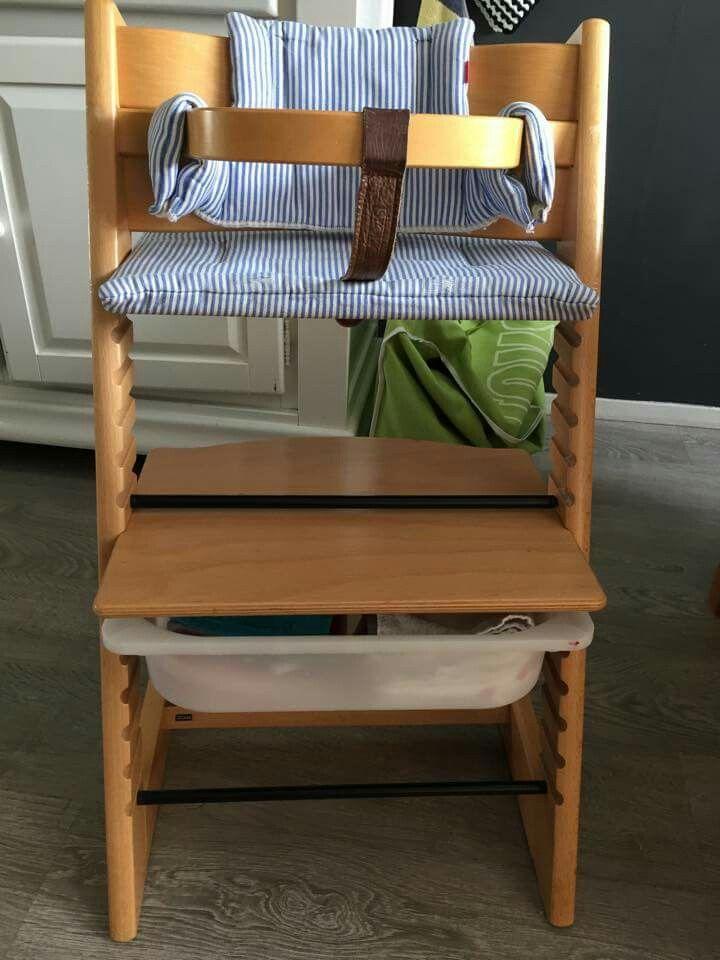 Ikea Trofast bak past onder plankje van triptrapstoel. Handig voor slabbetjes/doekjes etc!