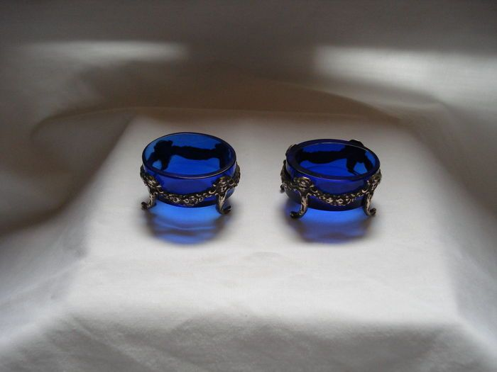 Online veilinghuis Catawiki: Twee zilveren zoutvaatjes met blauwglazen binnenbakjes, ca 1900