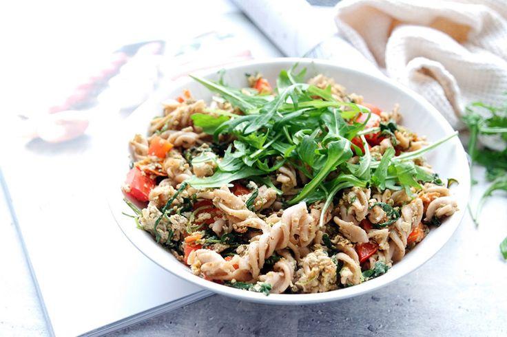 Gesunde Clean Eating Rezepte: Vollkorn Nudelpfanne mit Rucola und Ei.