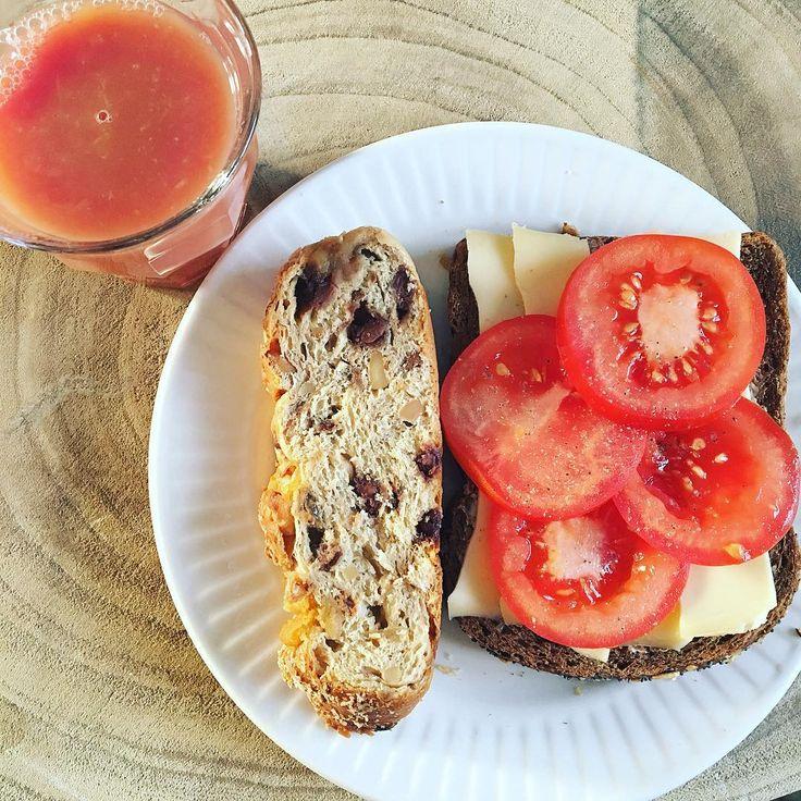 GOODMORNING ❤️ ------------------------------------------------ Wakker worden met de zonnestralen in huis✨ik wordt daar altijd zo blij van! Heerlijke start van de dag!  ontbijten met muesli brood, een bruin bammetje met kaas en tomaat en een glas verse cranberry-sinaasappelsap fijne donderdag allemaal! #goodmorning . . . . #breakfast #fresh #favorite #good #food #delicious #healthy #fit #girl #fitfam #fitlife #zwanger #pregnant #healthypregnancy #instafood #foodporn #inspiration #motivatio