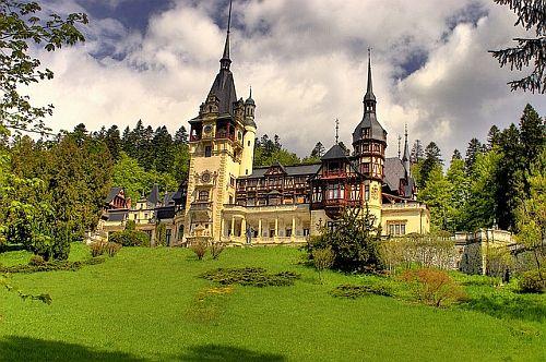 Bine ati venit in Perla Carpatilor – Sinaia, orasul emblema de pe Valea Prahovei, care a cunoscut o evolutie deosebita gratie implicarii regelui Carol I al Romaniei, incepand cu anul 1866.