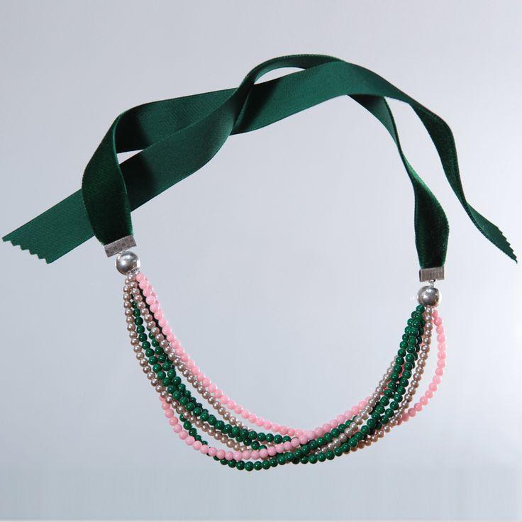 Collar de cuentas de colores, lazada en terciopelo verde y piezas de zamak