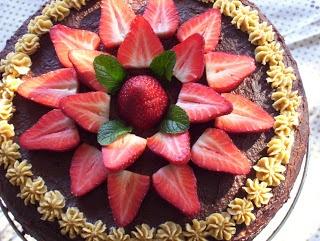 Torta de vainilla con cobertura de crema de maní y chocolate