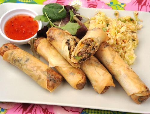 Thailändska vårrullar. Hemjorda friterade vårrullar med spring roll deg och god fyllning.