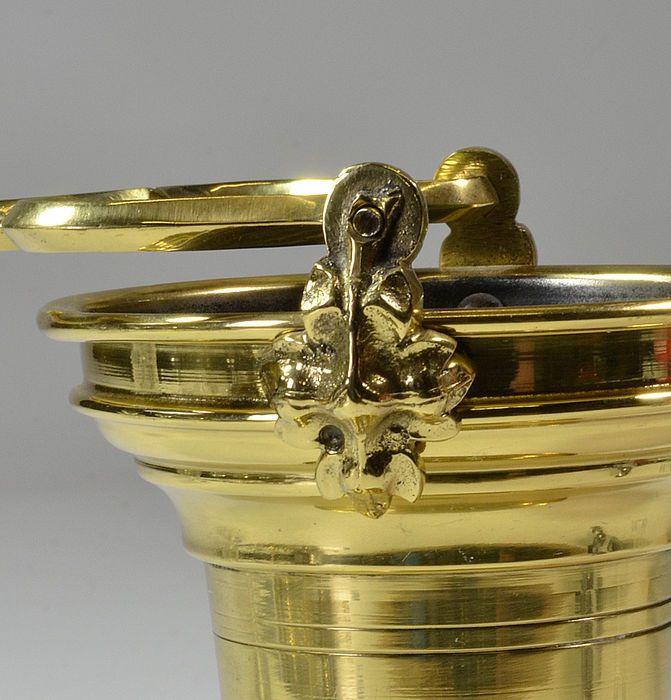 Antik Messing Weihwasser Eimer für den kirchlichen Gebrauch, Neo-Gotik-flämischen des 19. Jahrhunderts  Messing antik-heilige Wasser-Eimer für den kirchlichen Gebrauch, komplett mit original Weihwasser besprengen. Reich verzierte massiven Messinggriff mit schönen Stimmen Messing Scharniere.  Der Eimer ist 12,5 cm Höhe ausgenommen Griff (insgesamt 22 cm hoch), Breite des Griffs ist ca. 12,5 cm. Durchmesser des Eimers 18, 5 cm (oben) Das Weihwasser besprengen ist 29 cm lang, einschließlich der…