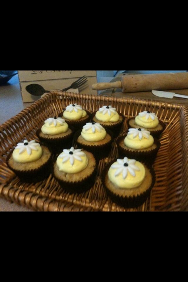 Banana daisy cupcakes