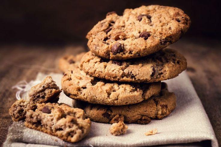 Henüz fırındayken evi saran kokusuyla mutlu etmeye yetecek, çayın, sütün favorisi olacak çikolatalı kıtır kurabiye tarifi.