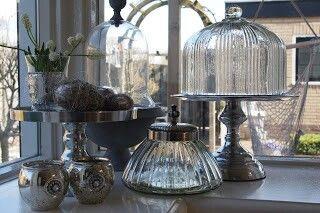 Zilver en glas, taartplateau's men met wat decoratie en de vensterbank is prachtig