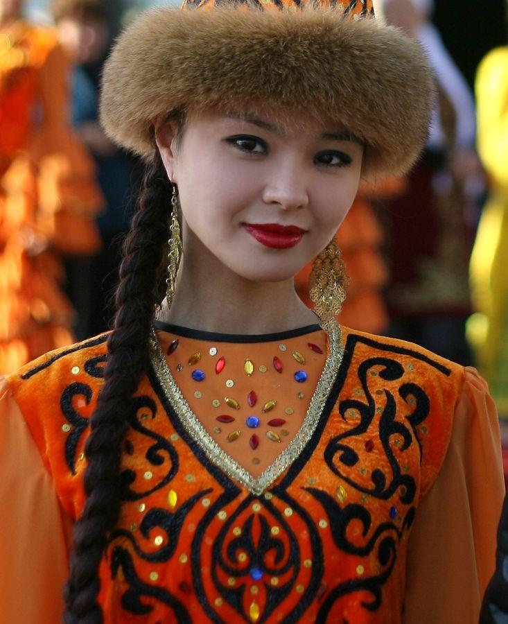Kazakh girl, Turkic speaking ethnic. MUY HERMOSA, BELLA MIRADA, BELLOS OJOS Y SENSUAL SONRISA!