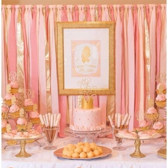 Que menina não sonha em ser princesa por um dia?! Que tal fazer um festinha com tema de Princesa com muito rosa e dourado cheio de glamour e beleza! A combinação dessas duas cores fica muito lindo! Torne o desejo de sua filha em realidade ela vai amar e certamente será um dia inesquecível na memória dela!  #inspiração #decoraçãofestainfantil #decoraçãofestademenina #temadefestaprincesa #meninasprincesas #princesaporumdia #rosaedourado