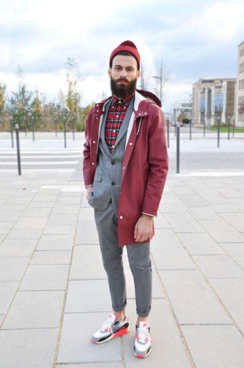 赤を基調としたスタイル。オシャレだなー。スーツの下もチェックの赤。