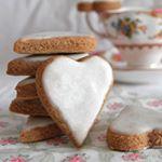 Vete practicando para San Valentín estas #galletas con forma de corazón de almendra, canela y cardamomo. #directoalpaladar #receta #recipe #gastro #foodie #comida #foodlover #cooking #food #postre #