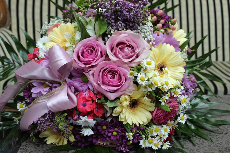 Kytica na donášku, ruže, minigerbery, santiny, hiperikum 40 € http://www.kvetysilvia.sk/donaskova-sluzba/