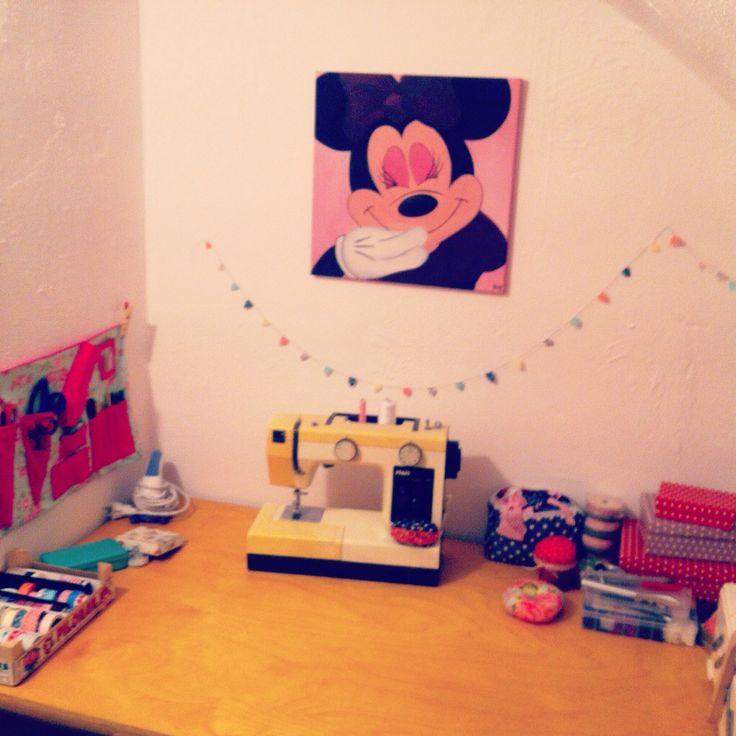 Mein Nähzimmer mit meiner treuen Nähmaschine und Minnie ❤️
