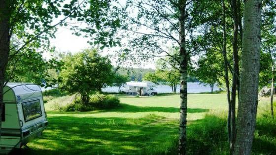bei Vimmerby – Herzlich willkommen bei Långsjön Stugor & Camping in Småland! Schöner Campingplatz mit kleinem Strand und tollen Angelgewässern.