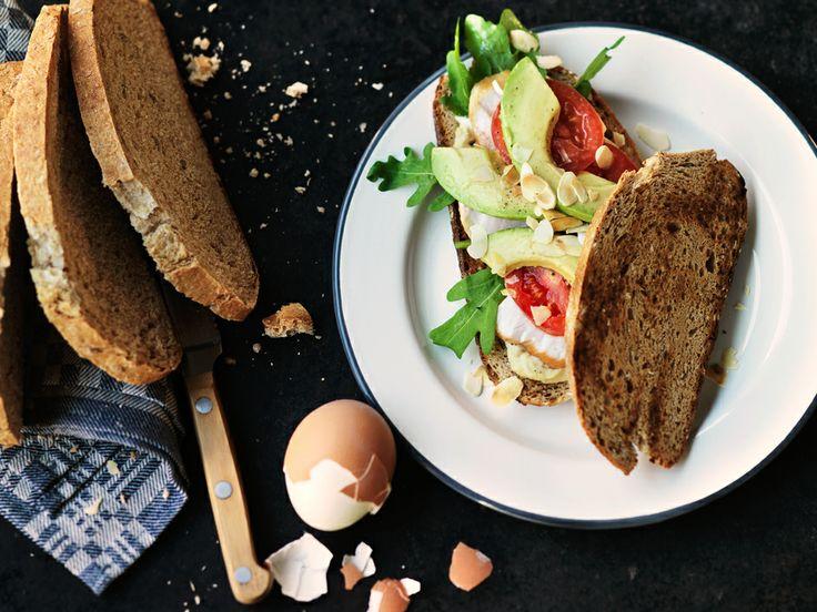 gerookte kip sandwich met humus, rucola, avocado en tomaat - ZTRDG magazine #GezondNU